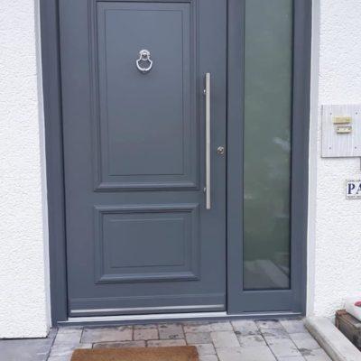 moderne-graue-Haustuer-mit-laenglichem-Fensterelement-an-der-Seite