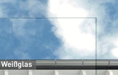 Weissglas-vor-einem-Himmelhintergrund
