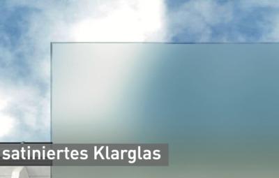 sarniertes-Klarglas-vor-einem-Himmelhintergrund