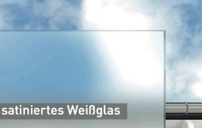 sarniertes-Weissglas-vor-einem-Himmelhintergrund