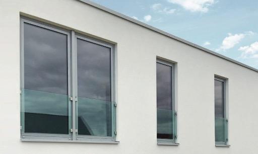 Ansicht-einer-weissen-Fensterwand-mit-Fensterbruestung-aus-Glas