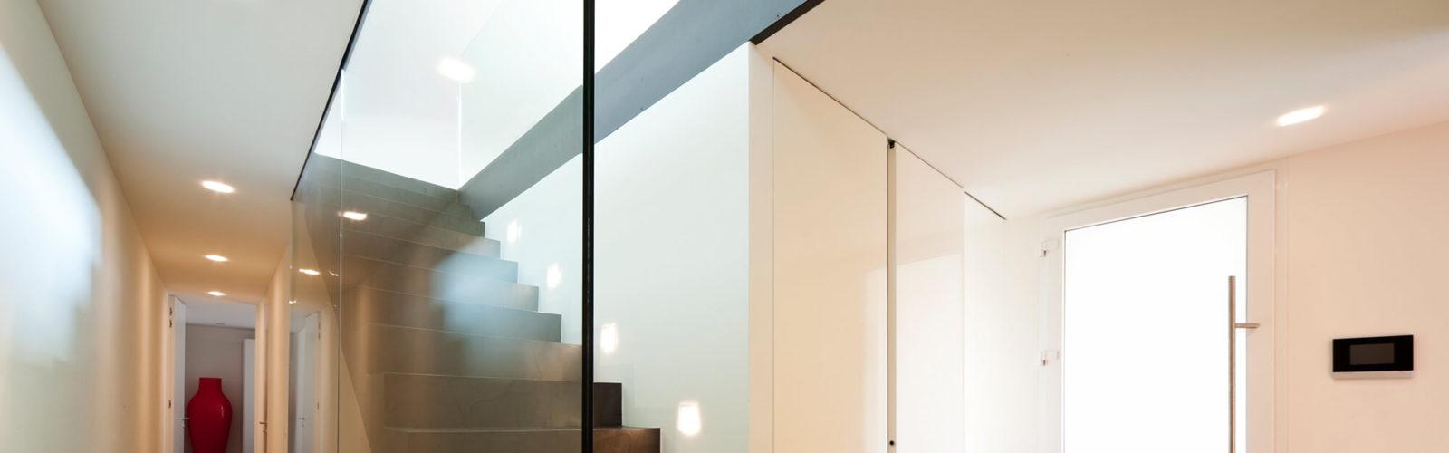 Blick in einen Flur mit einer Treppe und Glas von Panther Glas