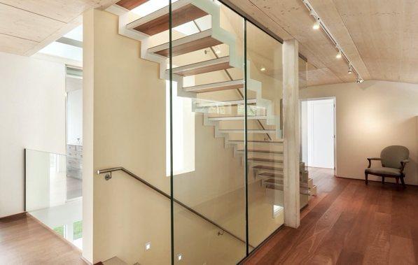 Glaswand neben einer Holztreppe