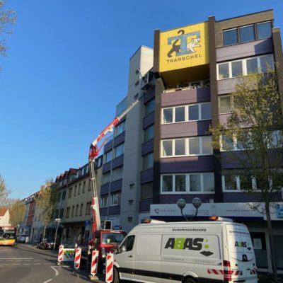 Bauarbeiten-an-einem-Gebaeude-an-einer-Strassenkreutzung-in-25-Metern-Hoehe