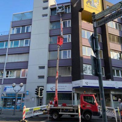 Bauarbeiten-mit-Krahn-an-einem-Gebaeude-in-25-Metern-Hoehe