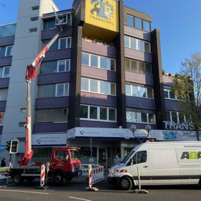 Aussenansicht-eines-Gebaeudes-an-einer-Kreutzung-waehrend-Bauarbeiten-in-der-Hoehe